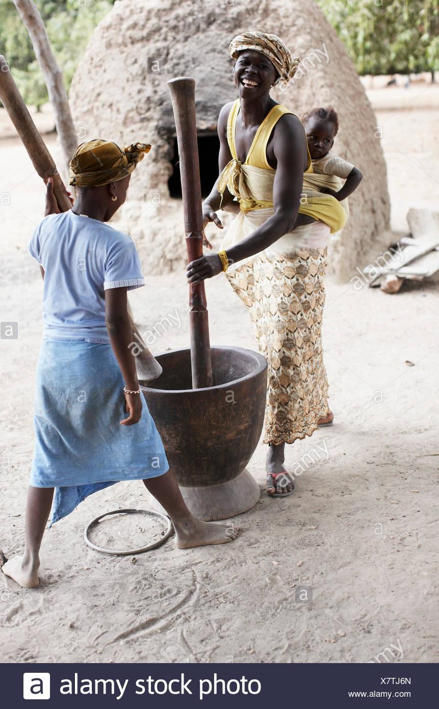 Mutter und Tochter Mahlen von Getreide, Mehl, Magadala, Mali Stockbild