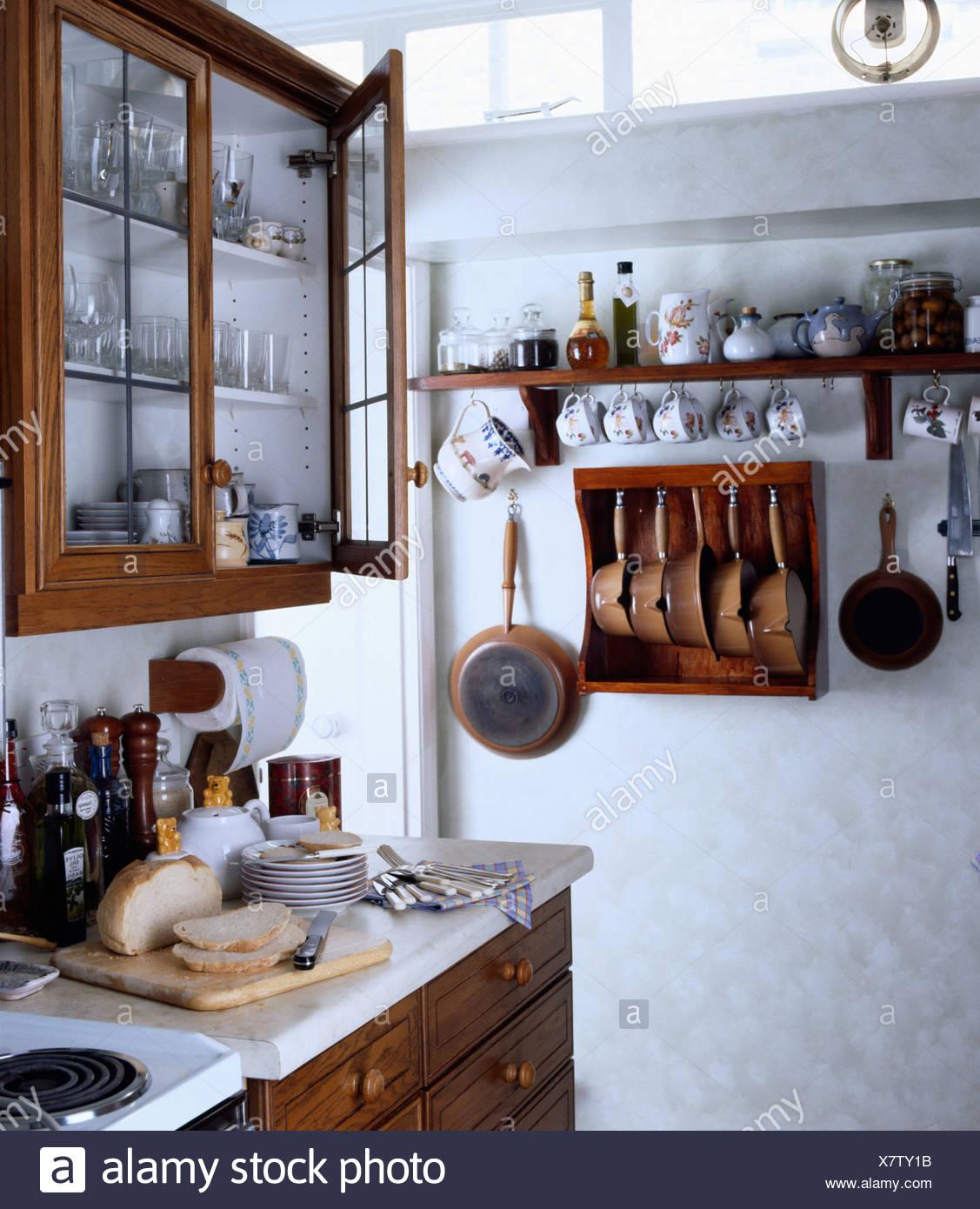 Verglasten Schrank über Brot auf Arbeitsplatte in kleinen weißen ...