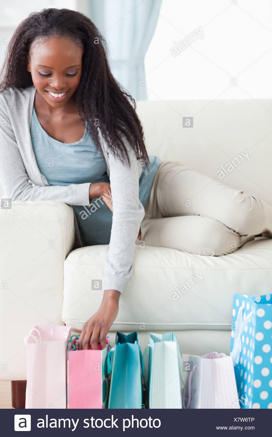 Nahaufnahme von Frau glücklich über ihr shopping Stockfoto