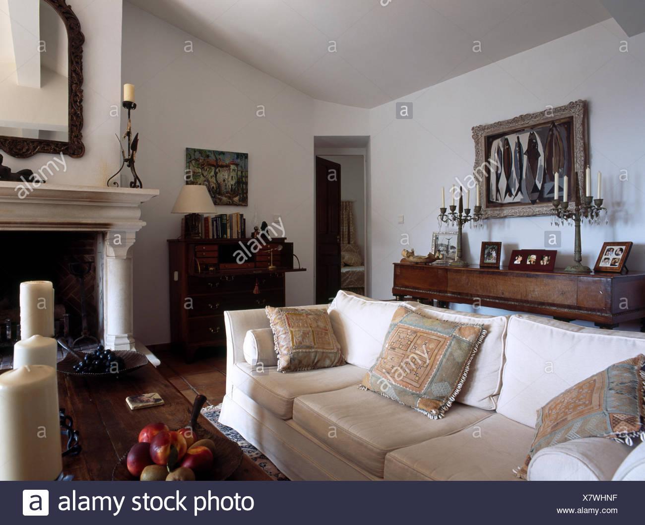 Hervorragend Creme Sofa In Französischer Landhaus Wohnzimmer Mit Weißen Wänden Und Kamin  Stockbild