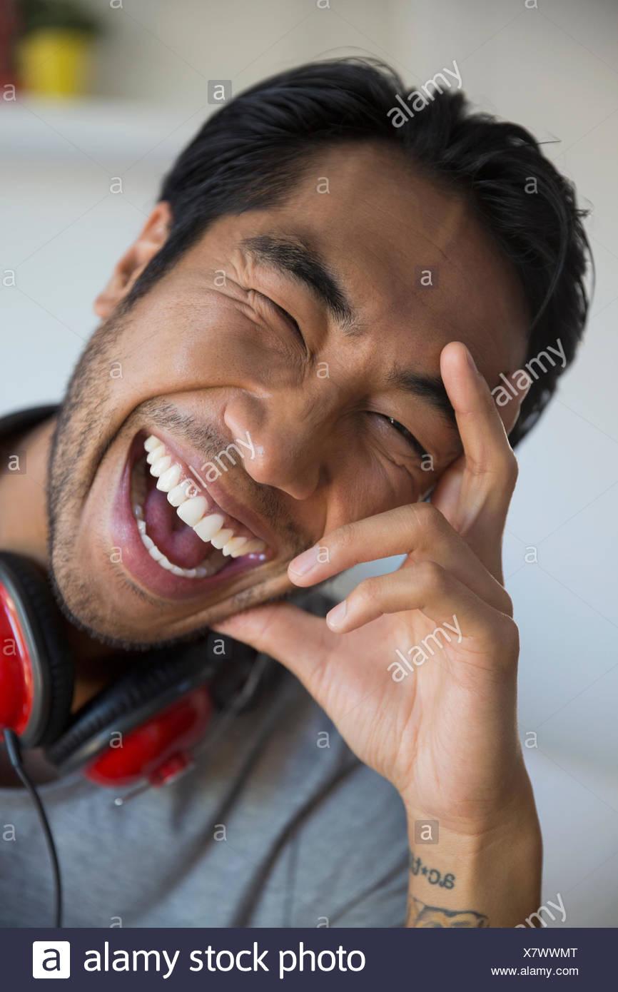 Porträt begeisterten Mann mit Kopfhörern lachen Stockbild