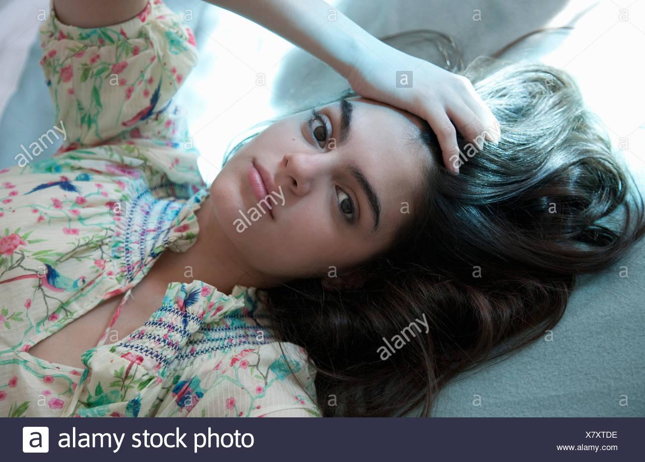 Porträt der jungen Frau im sommerlichen Kleid Stockfoto