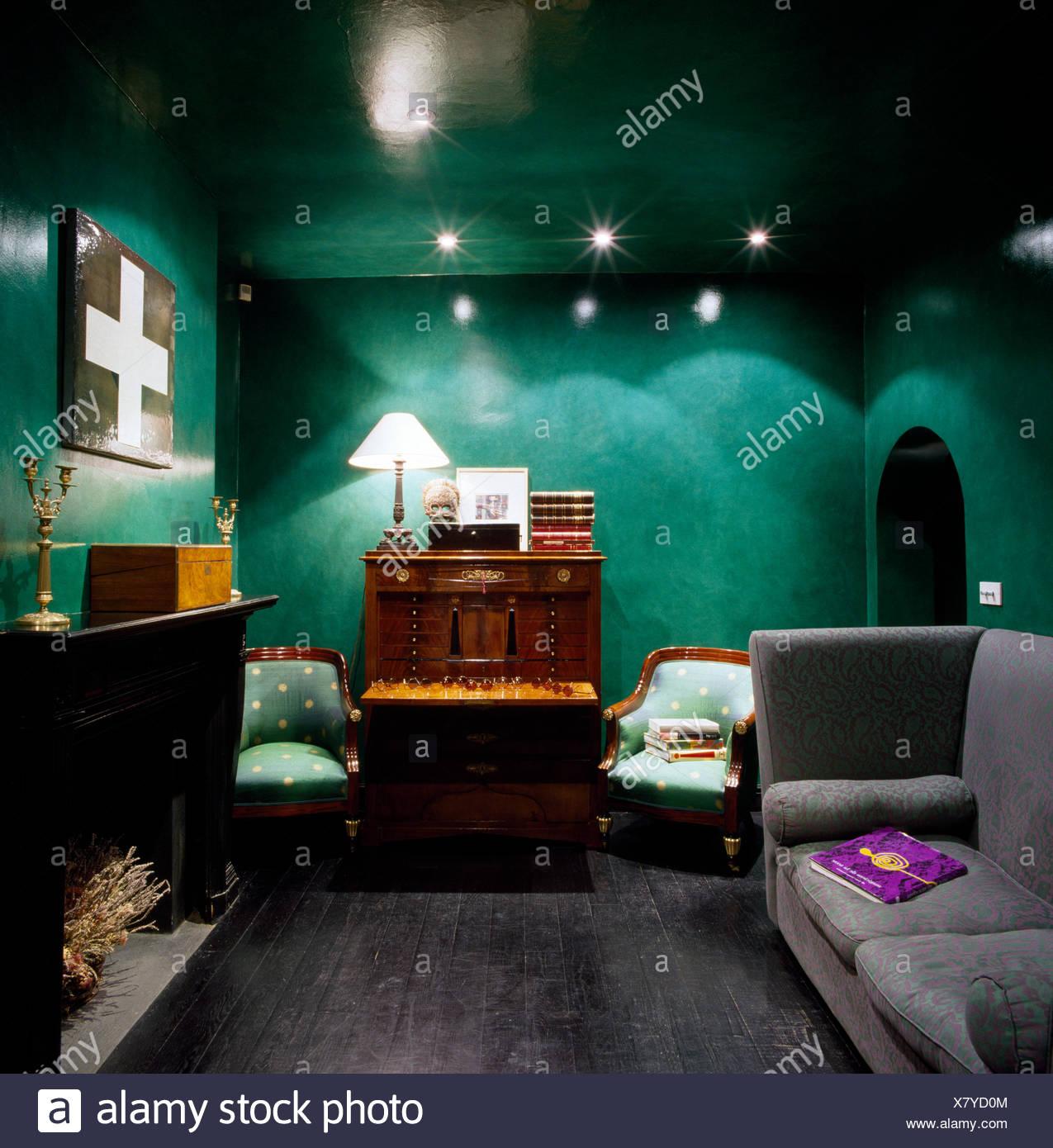 Grauen Sofa Und Antiken Schrank Im Grunen Wohnzimmer Mit Lackierten