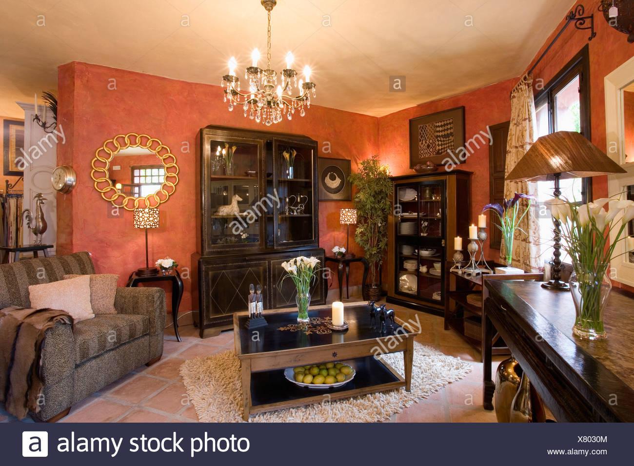 Dunkelbraune Mobel Und Moderne Kronleuchter Im Spanischen Wohnzimmer