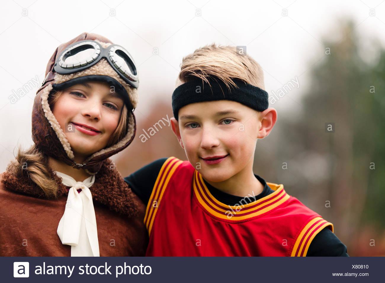 Porträt der jungen und Zwillingsschwester tragen Basketball und Pilot Kostüme für Halloween Stockbild