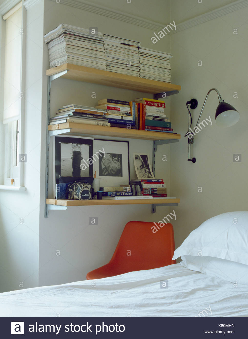 Wandleuchte Neben Bucherregale Ecke Von Schlafzimmer Uber Dem Bett