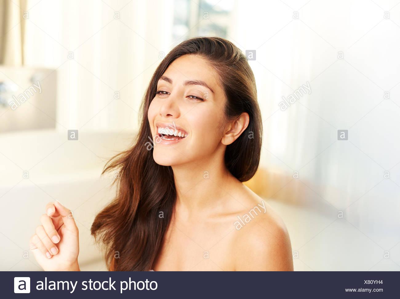 Brünette Frau mit nackten Schultern lachen Stockbild