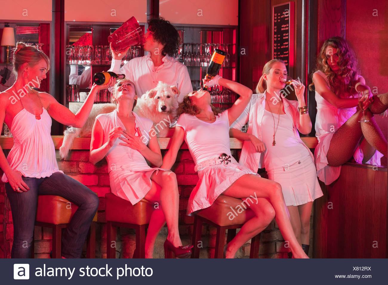 fünf Mädchen plus Barkeeper, Spaß Stockbild