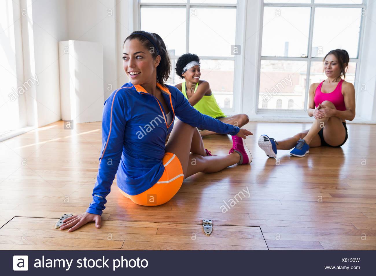 Frauen im Zimmer Stockbild