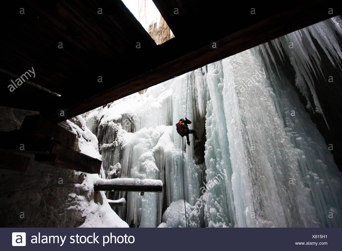 Ein Mann aus einem Eisbruch Abseilen Stockbild