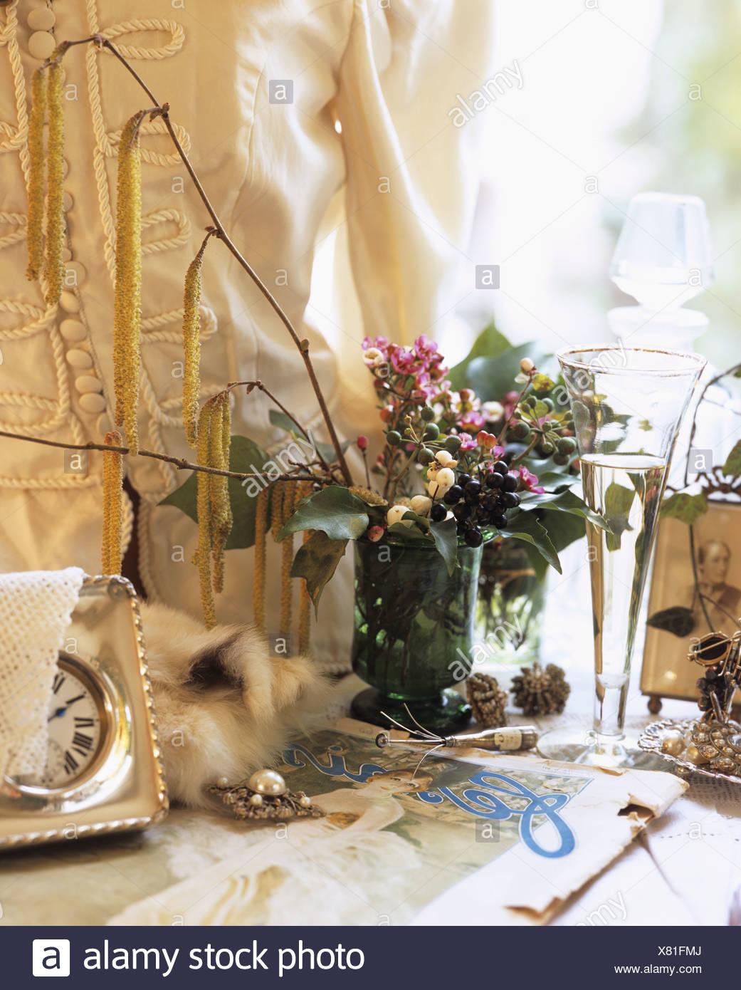 Nostalgische Stillleben Mit Blumen Schmuck Champagner Glas