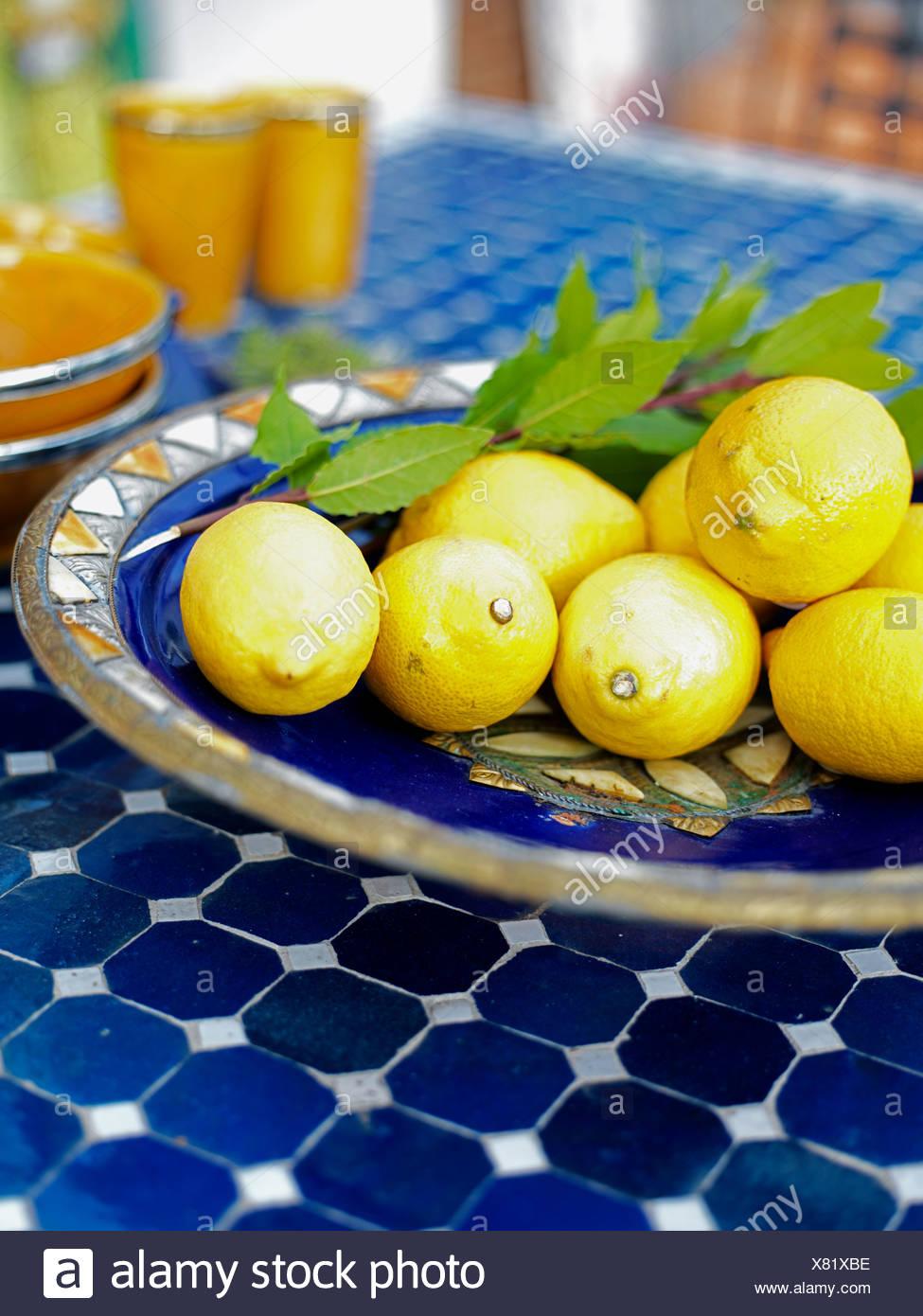 Zitronen Auf Einem Mosaik Tisch Schweden Stockfoto Bild 280325794