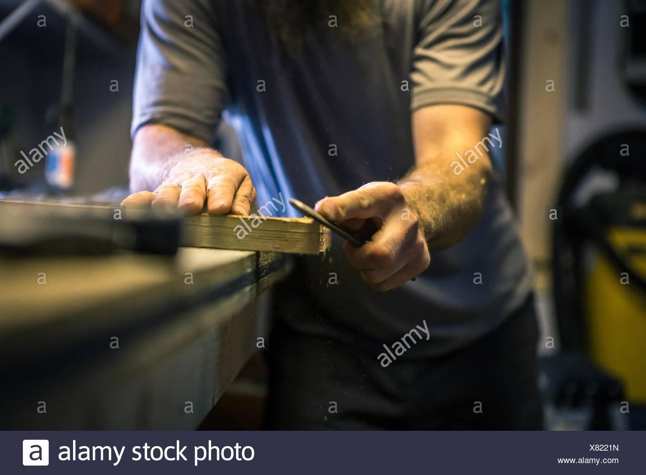 Holzkünstler arbeiten in Werkstatt, Mittelteil Stockbild