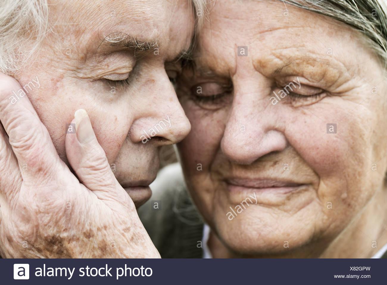 Porträt von älteres paar Kopf an Kopf mit geschlossenen Augen Stockbild