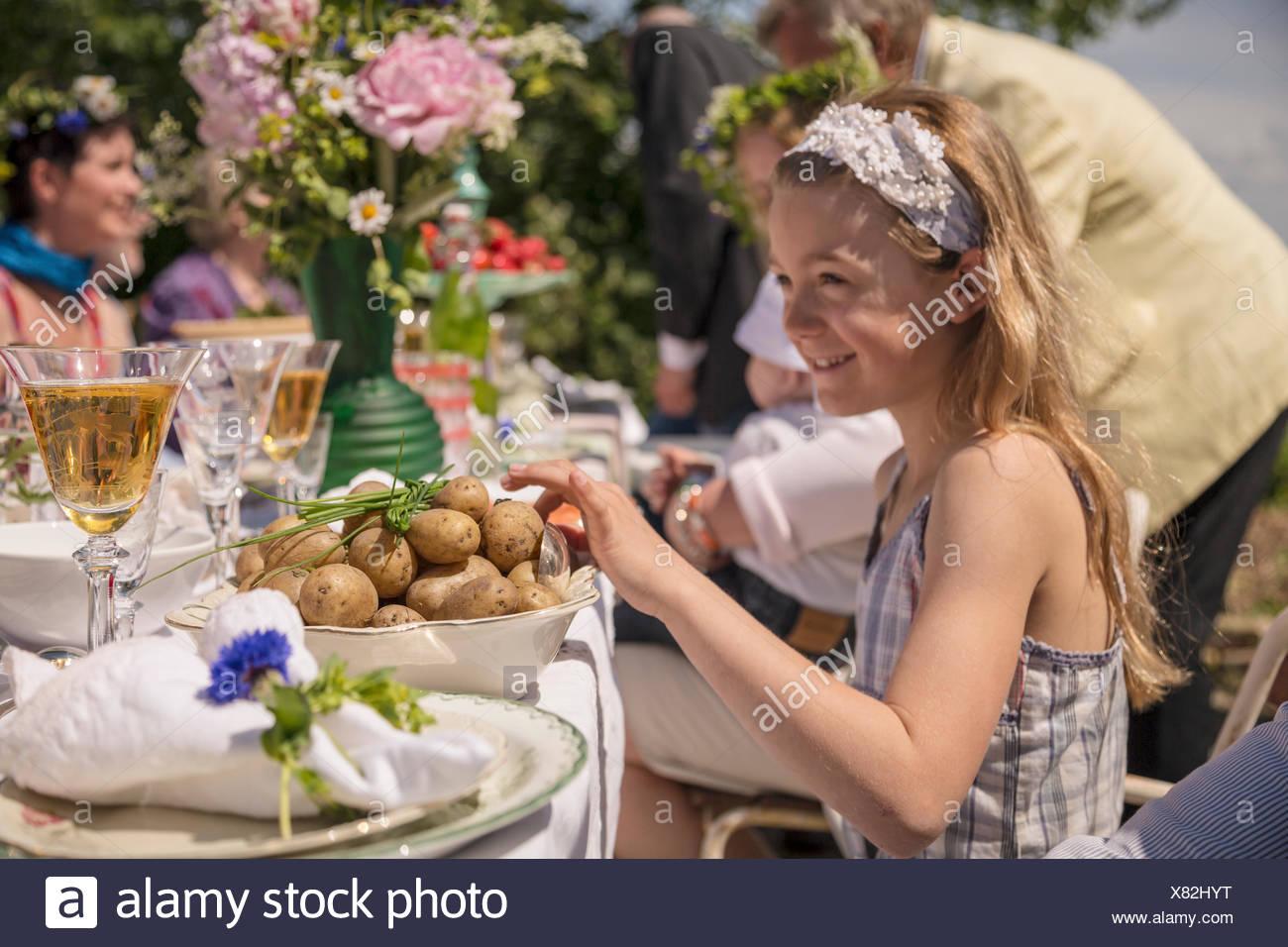 Schweden, Skane, Kinder (6-11 Monate, 8-9) traditionelles Fest feiern Stockbild