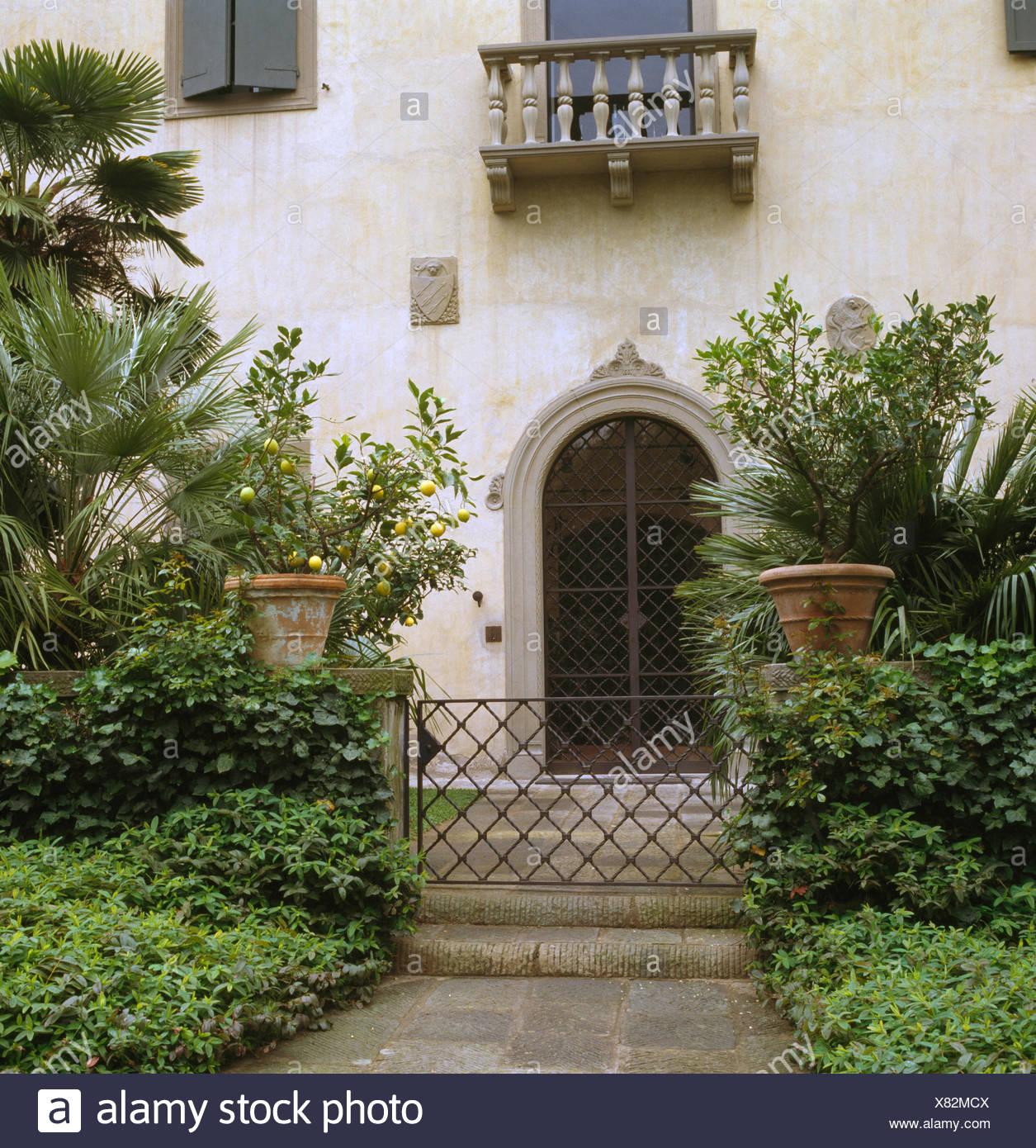 Metalltor Im Garten Des Großen Toskanischen Villa Stockfoto Bild