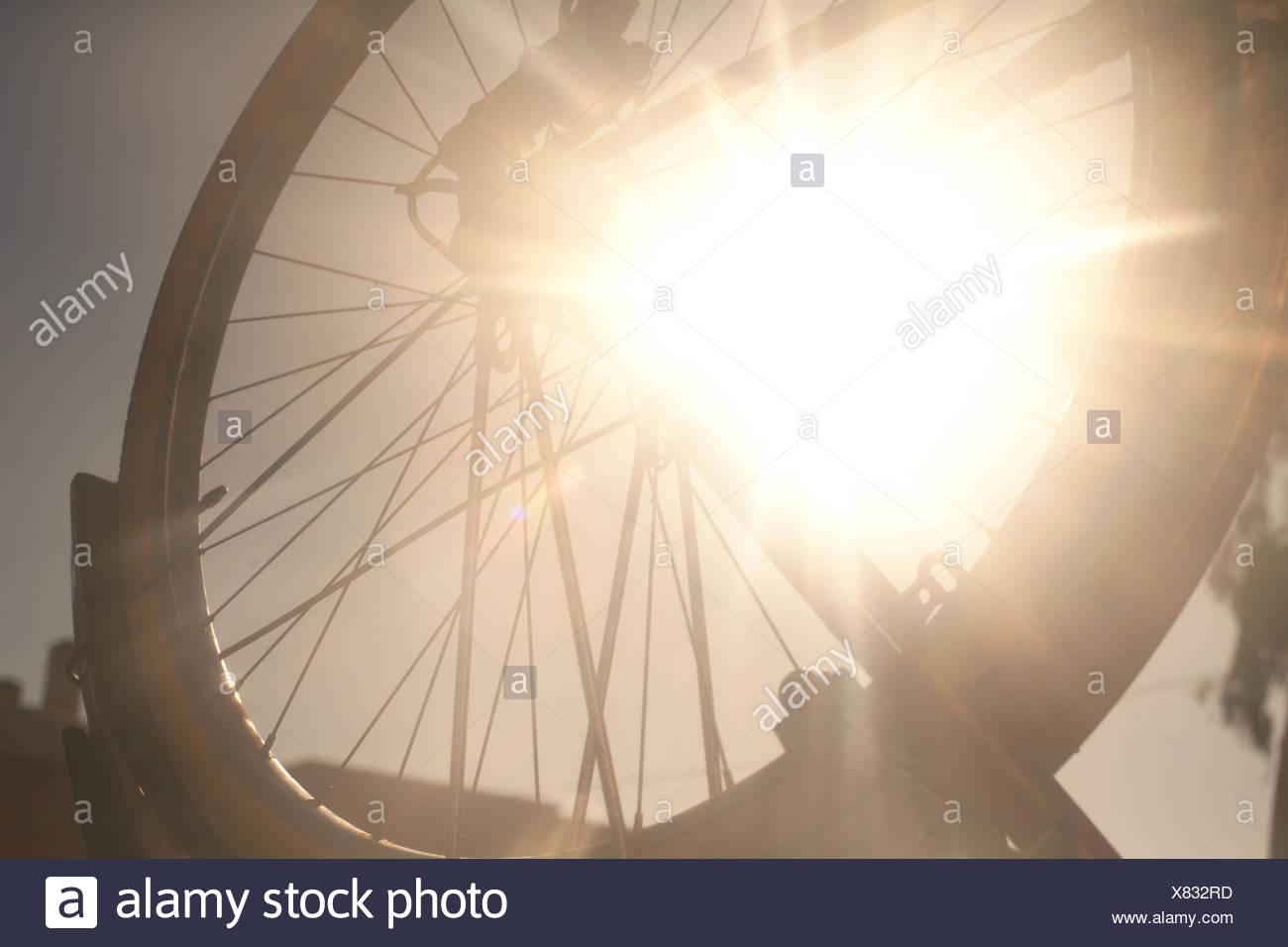 Fahrrad-Rad in hellem Sonnenlicht Stockbild