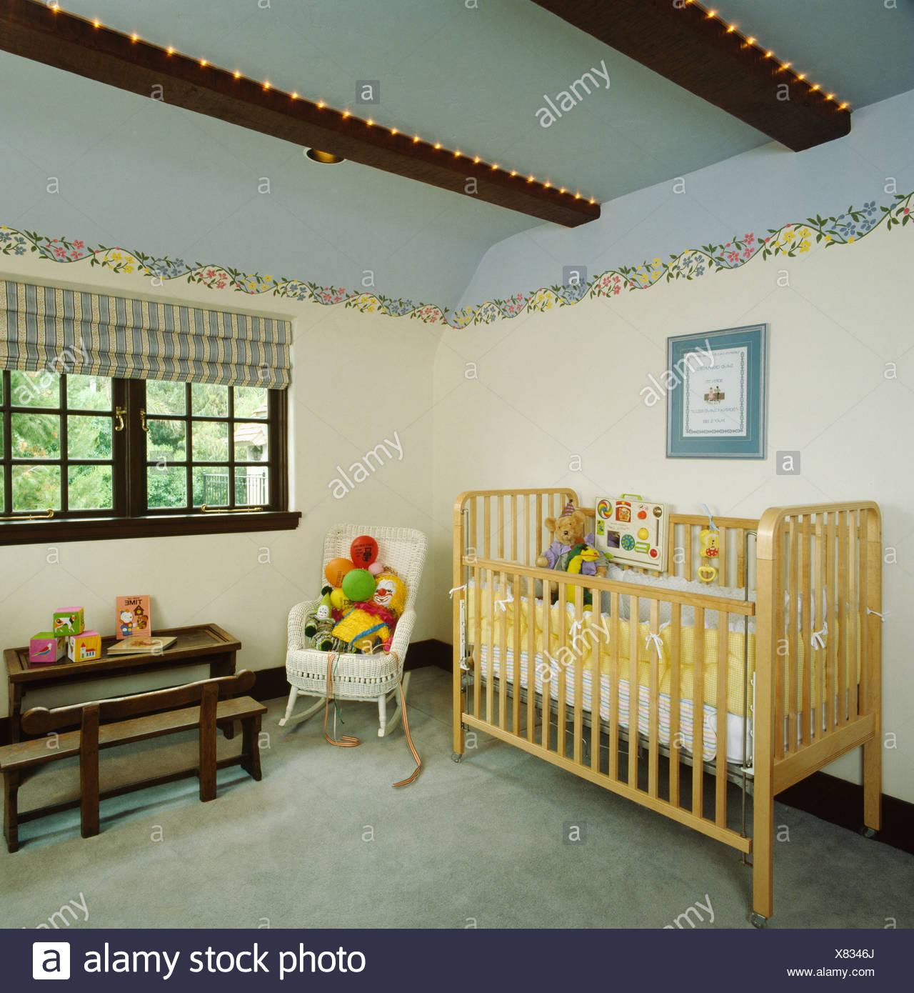 kinderzimmer kinderzimmer mit blauen decke und holz kinderbett