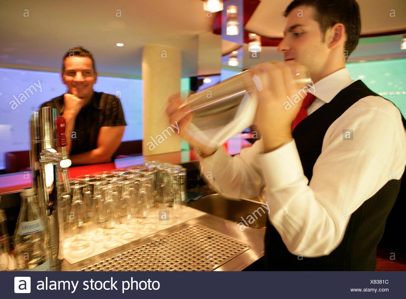 Barkeeper in der Nähe Shaker Stockbild