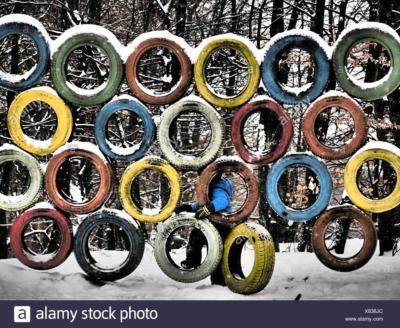 Klettergerüst Reifen : Junge klettern auf reifen im jungle gym winter stockfoto bild