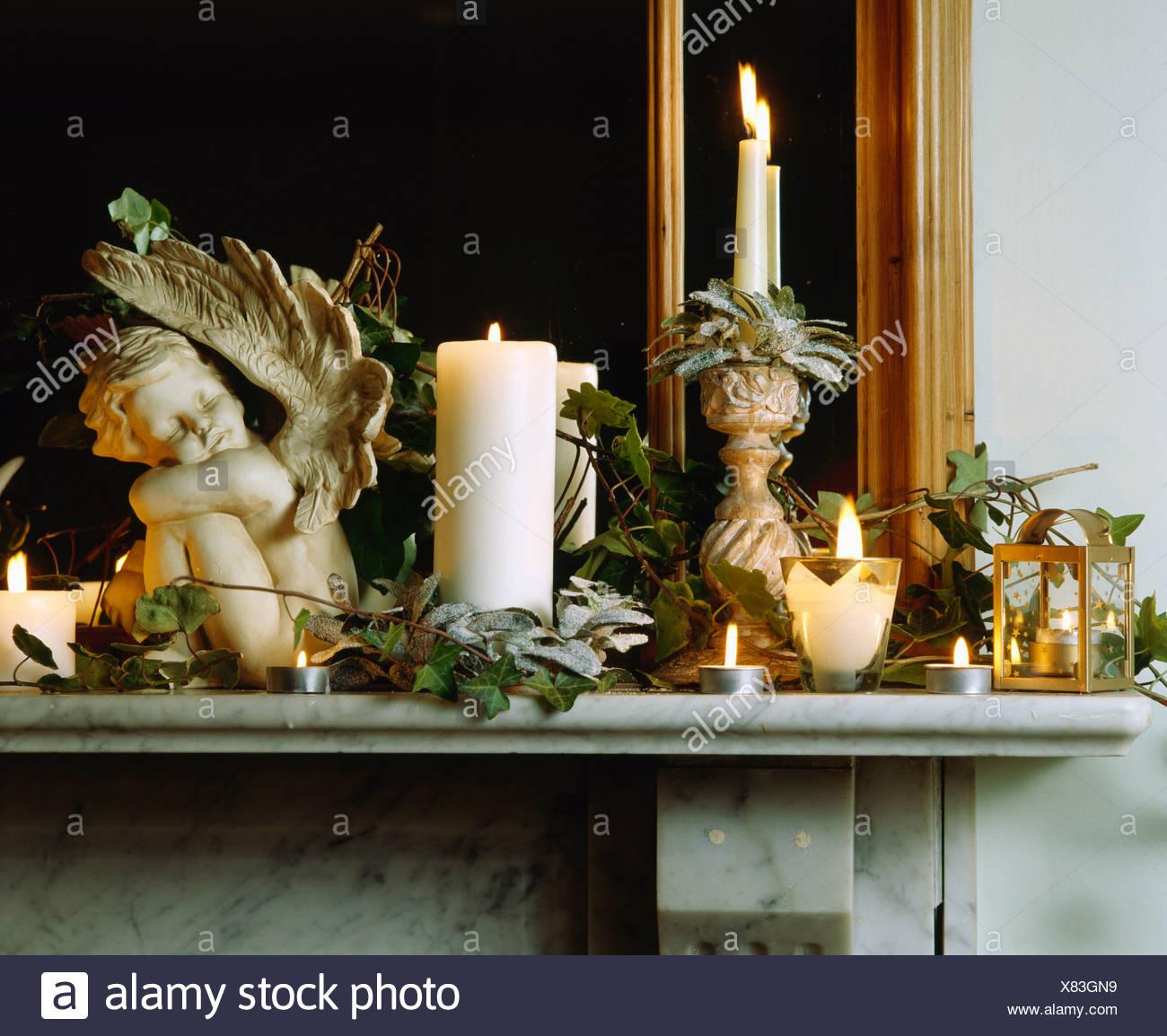 Nahaufnahme Von Cherub Und Brennenden Kerzen, Laternen Und Kerzen Auf  Marmor Kaminsims Dekoriert Für Weihnachten