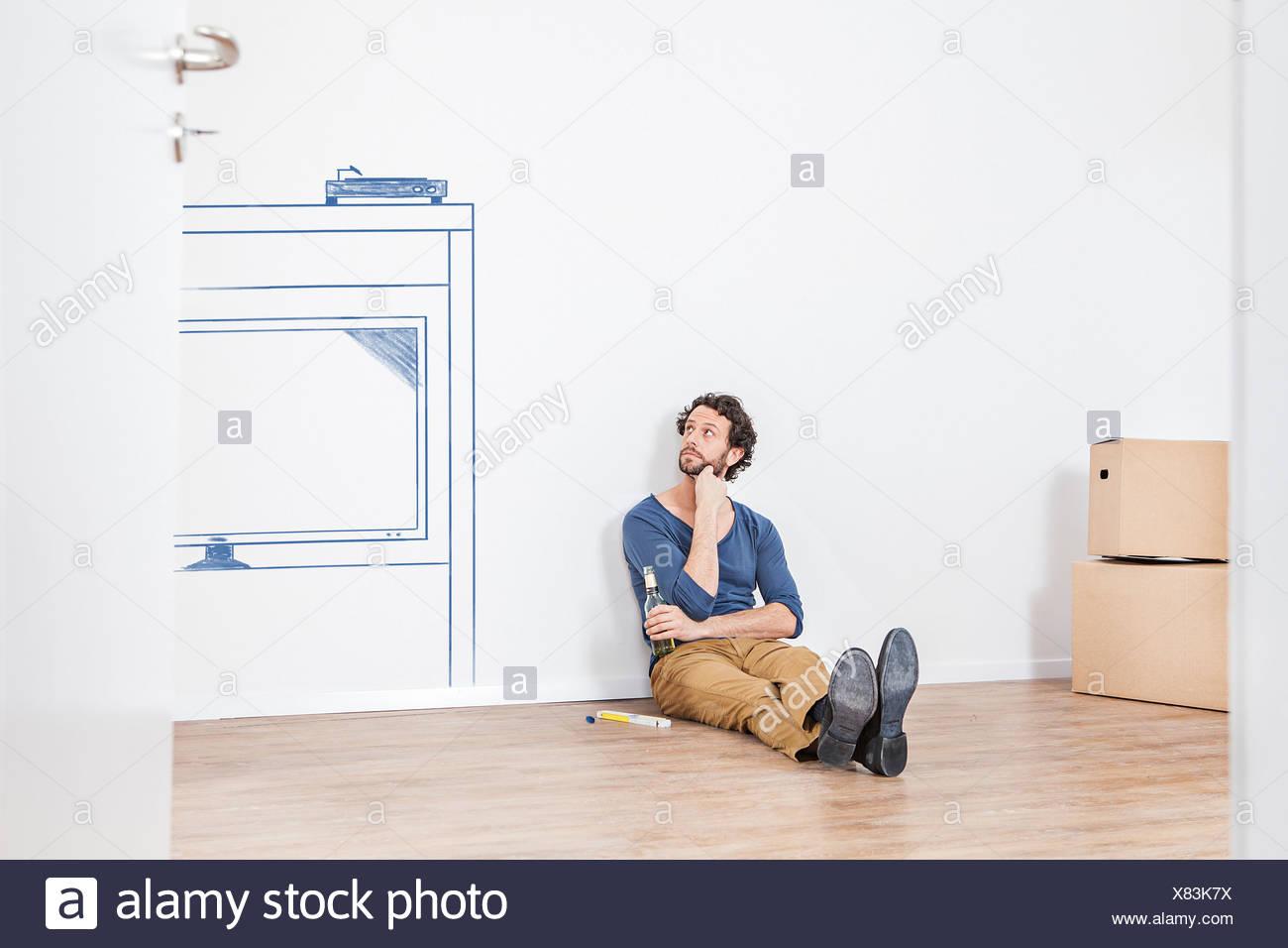 Nachdenken über neue Wohnzimmer Möbel Mann Stockfoto, Bild ...
