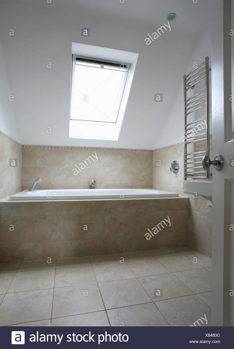 Velux Fenster Im Modernen Dachgeschoss Badezimmer Mit Kalkstein