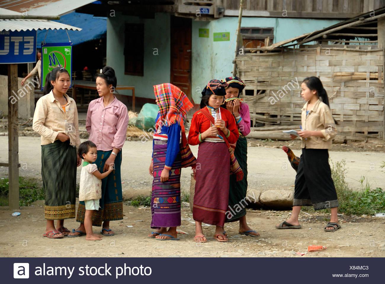 Frauen von der ethnischen Gruppe der Tai Dam tragen traditionelle Kleidung, Muang Mai, Provinz Phongsali, Laos, Südostasien Stockbild