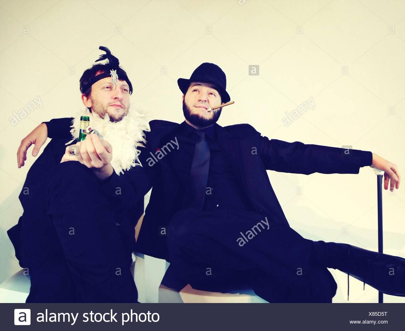 Gay Male paar beisammen sitzen Stockbild