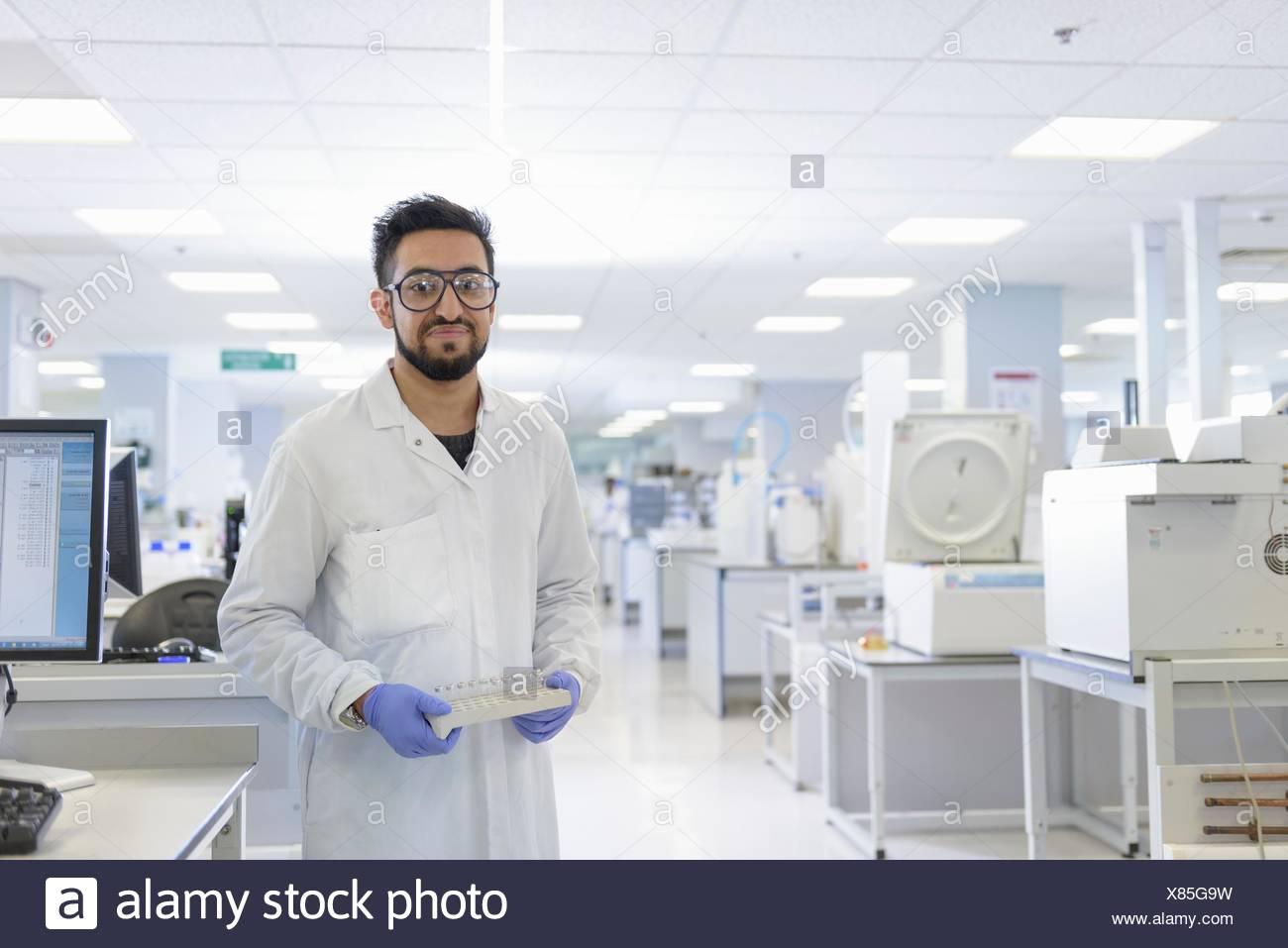 Porträt des Wissenschaftlers mit Analyst Proben im Prüflabor Stockbild