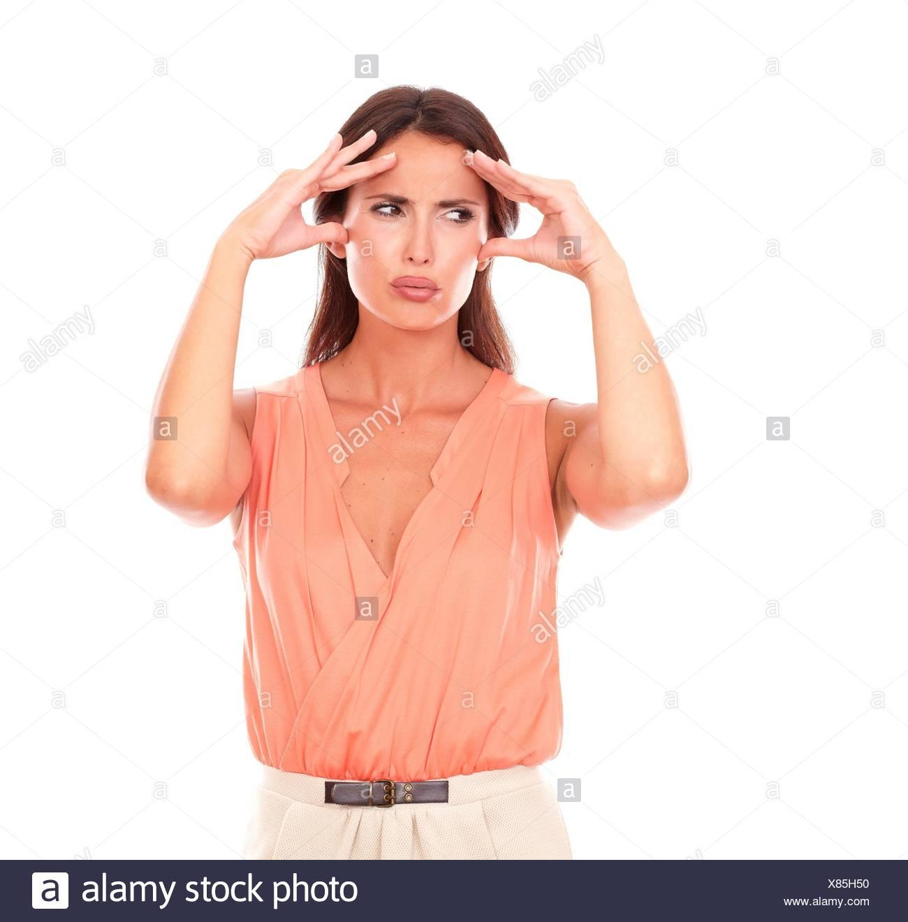 Schöne Frau leidet unter Migräne mit Hand auf den Kopf und Suchen zu Ihrer Rechten in weißen Hintergrund - Copyspace. Stockbild