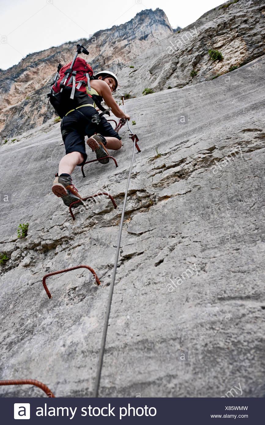 Weibliche Bergsteiger auf Sprossen der Klettersteig Che Guevara, Monte Casale, Trentino, Italien Stockbild