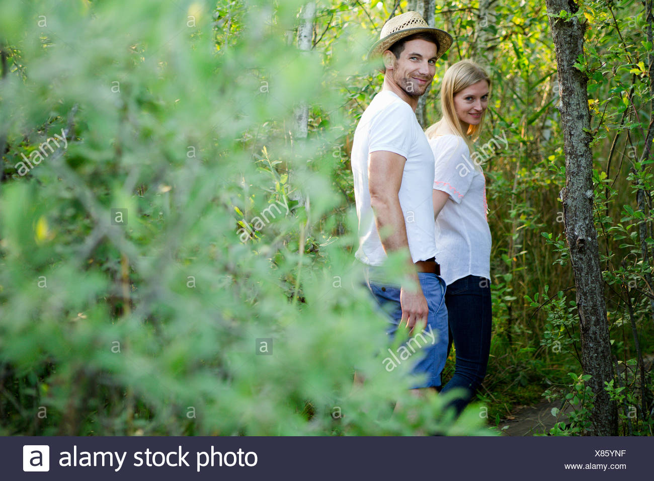 Porträt von Mitte Erwachsene Paare, die durch Marsch Stockbild