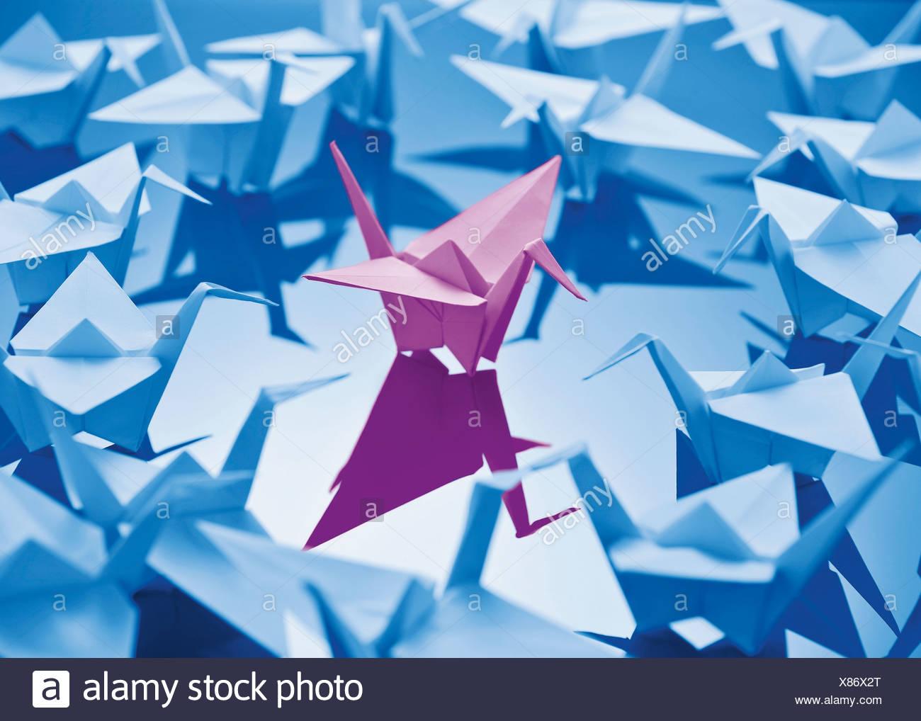 Papierkranich auf blauem Hintergrund Stockbild