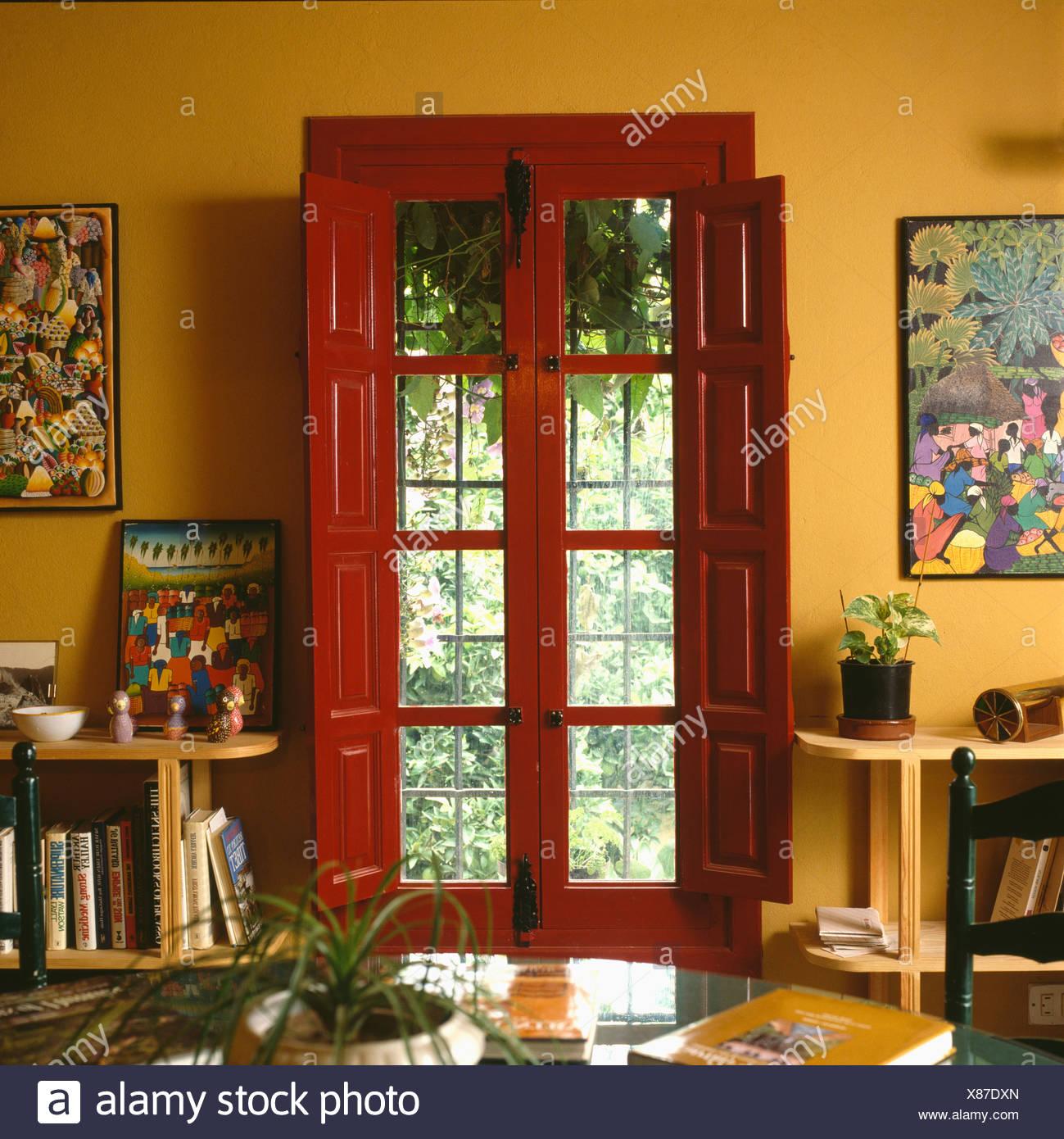 Roten Fensterläden Und Windowframe Auf Französisch Türen In Gelb 70er Jahre  Spanisch Esszimmer
