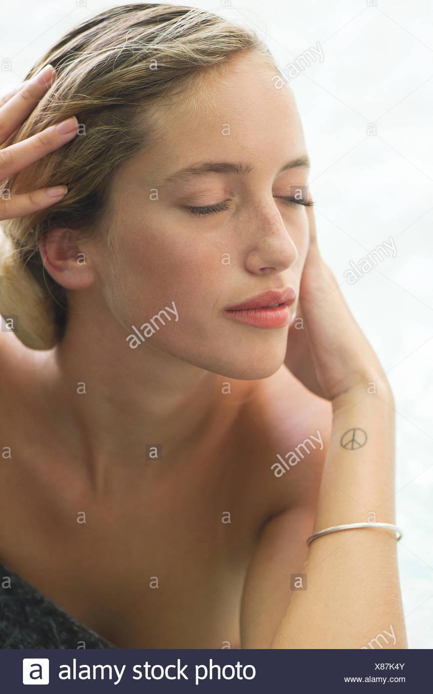 Frau Entspannung im Pool, Porträt Stockbild