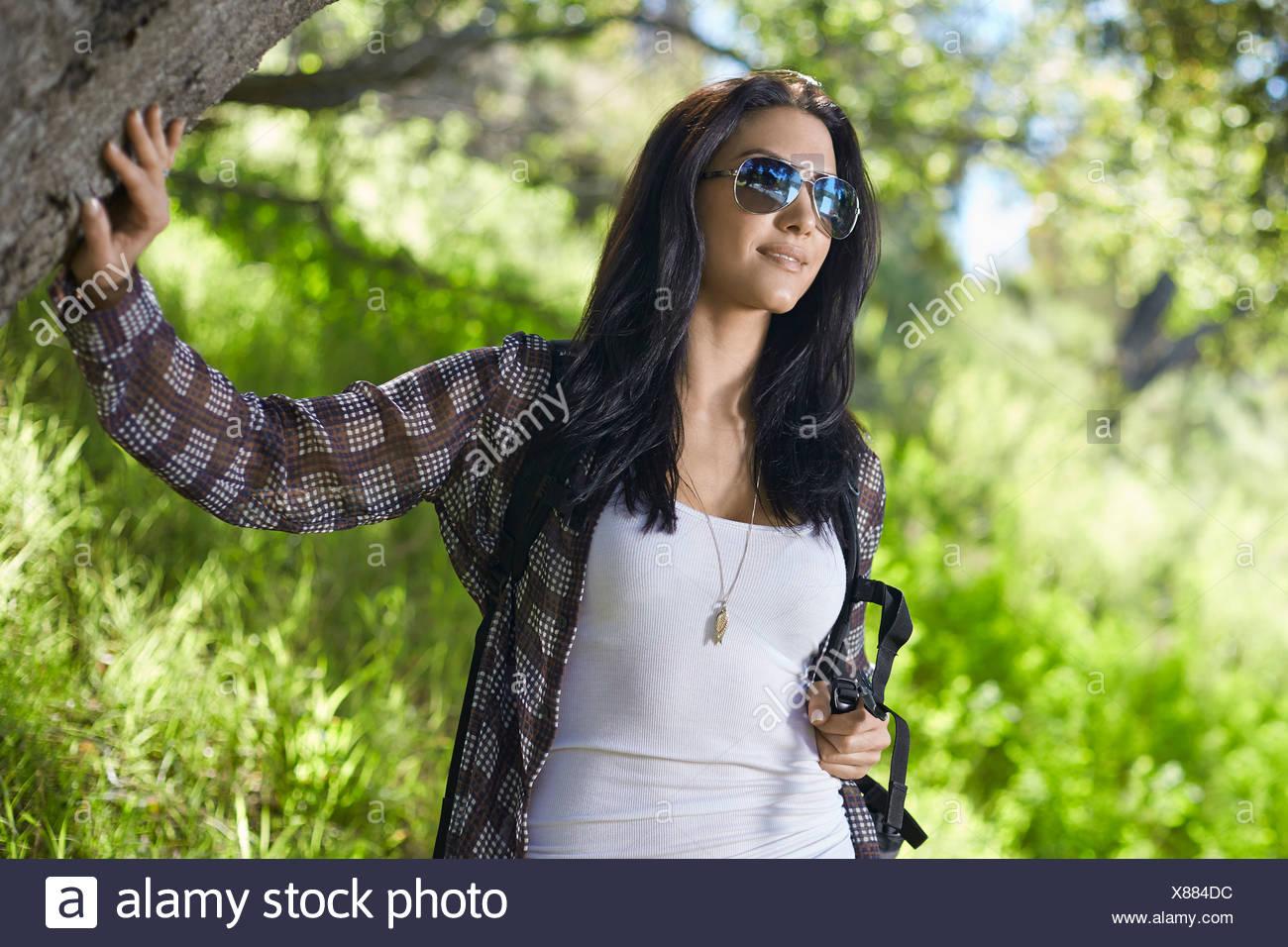 Mitte Erwachsene Frau spazieren im Wald Stockbild