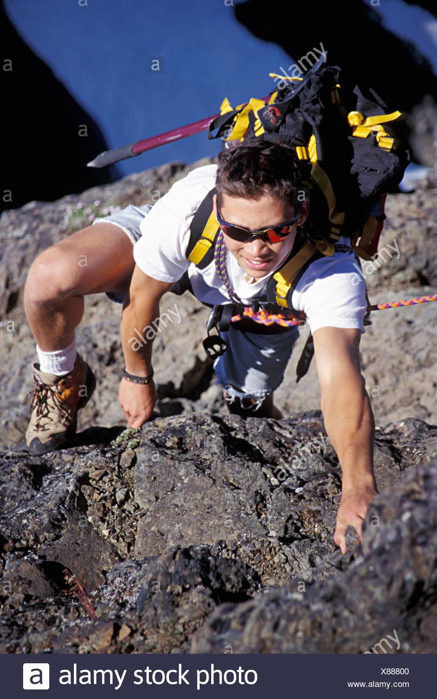 Bergsteiger mit Rucksack klettern über Gletscher. Stockbild