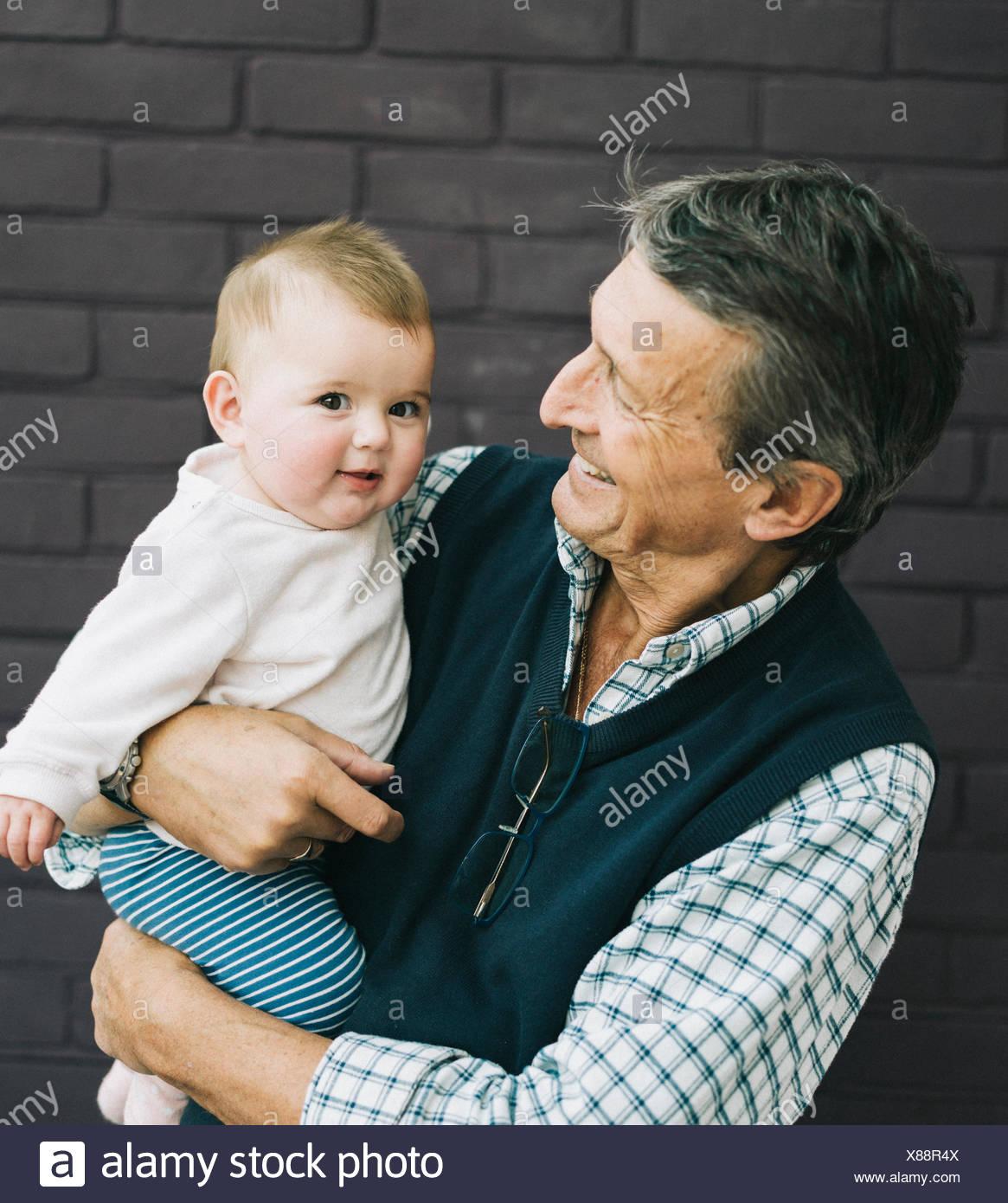 Ein Großvater und Baby Enkelin. Stockbild