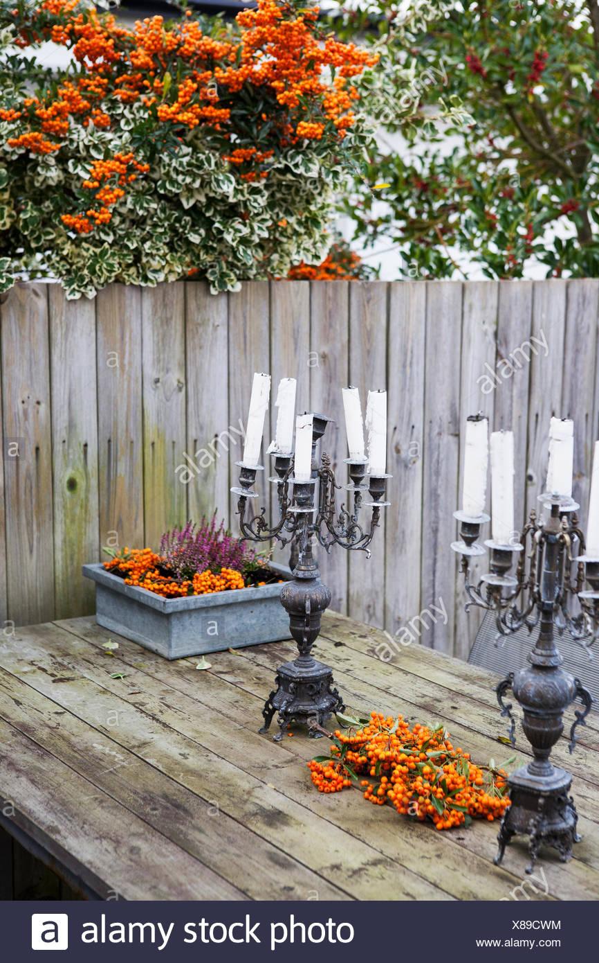 Kronleuchter Mit Kerzen Auf Holztisch Im Garten Stockfoto Bild
