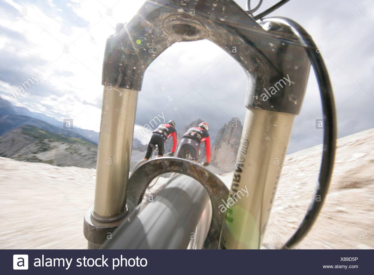 Personen-Mountainbiken in der Nähe von Tre Cime di Lavaredo, Veneto, Italien Stockfoto