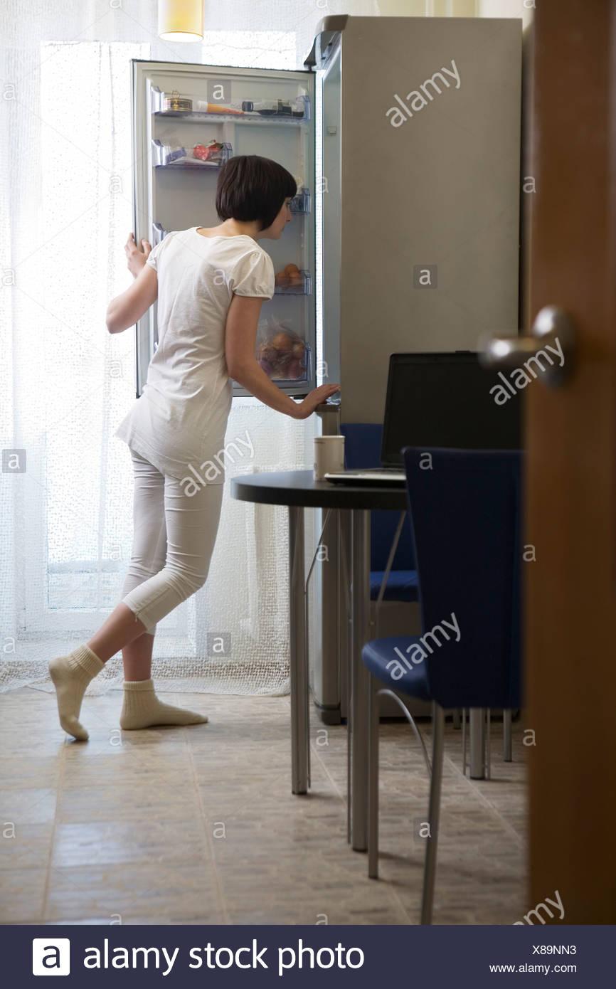 Junge Frau In Der Kuche Auf Der Suche In Offenen Kuhlschrank