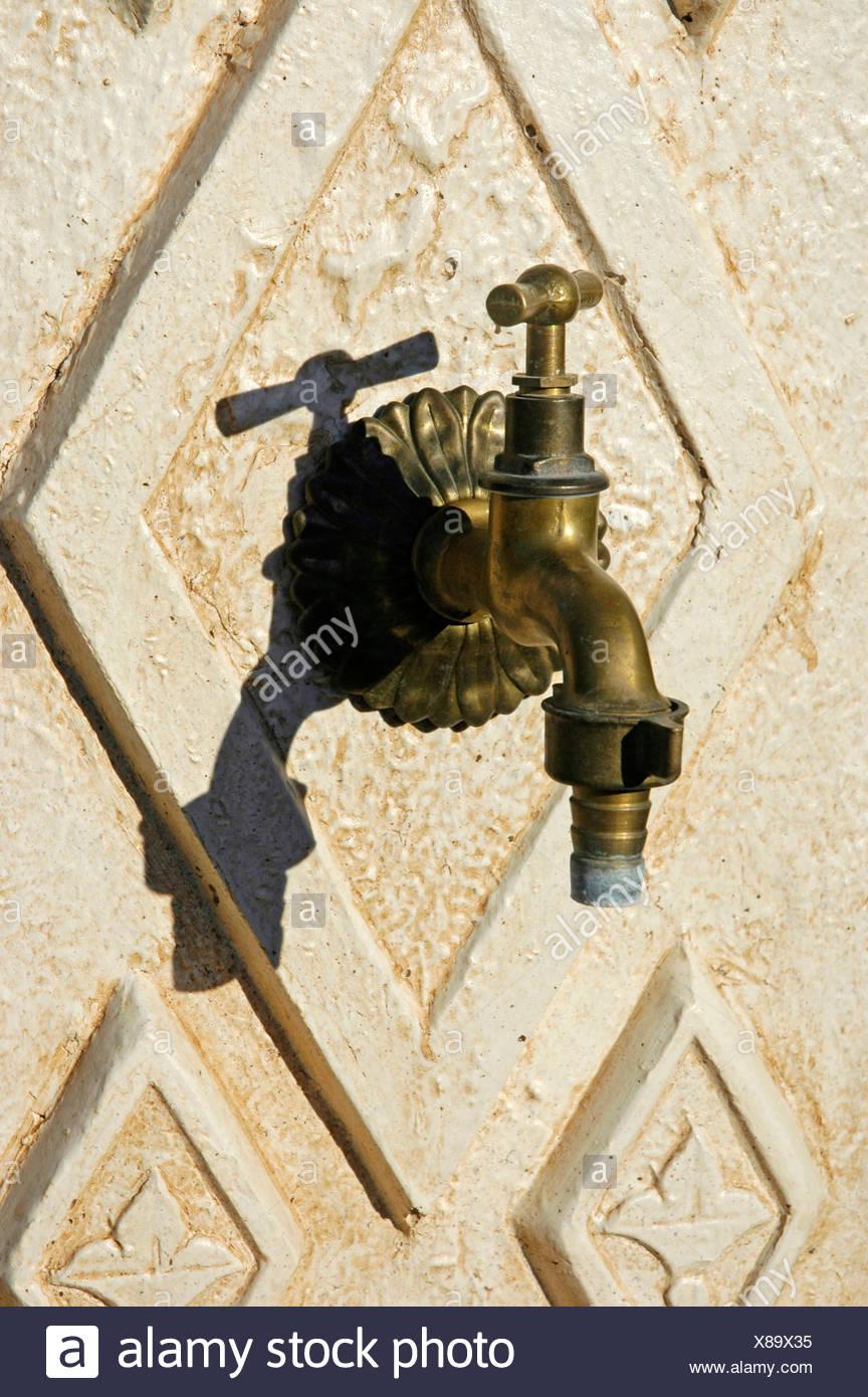 alten wasserhahn an der wand, altea, costa blanca, spanien stockfoto