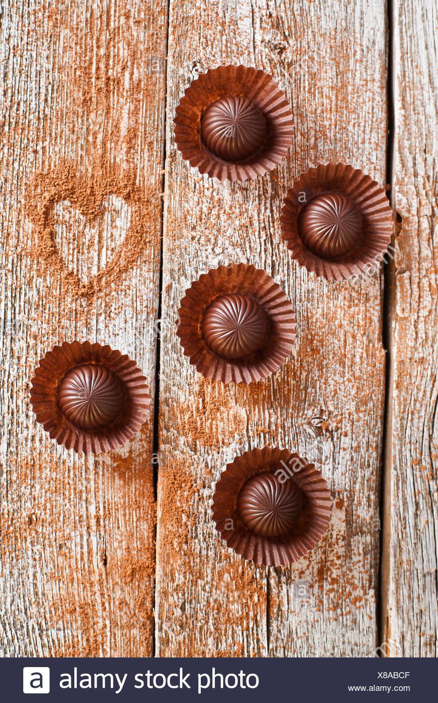 Schokolade Süßigkeiten auf hölzernen Hintergrund Stockbild