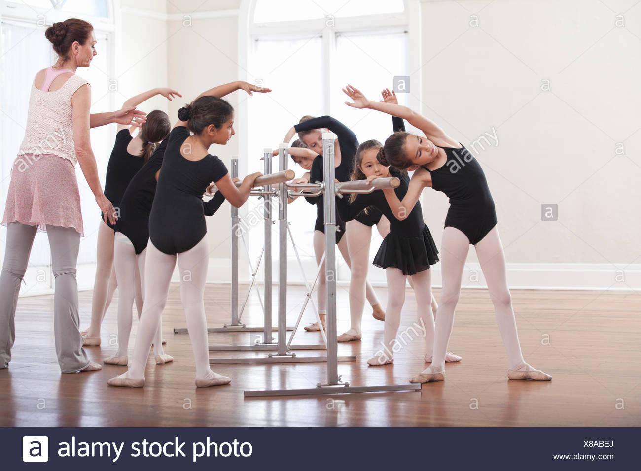 Ballett Unterricht Lehrergruppe Mädchen Ballett Haltung bei der barre Stockbild