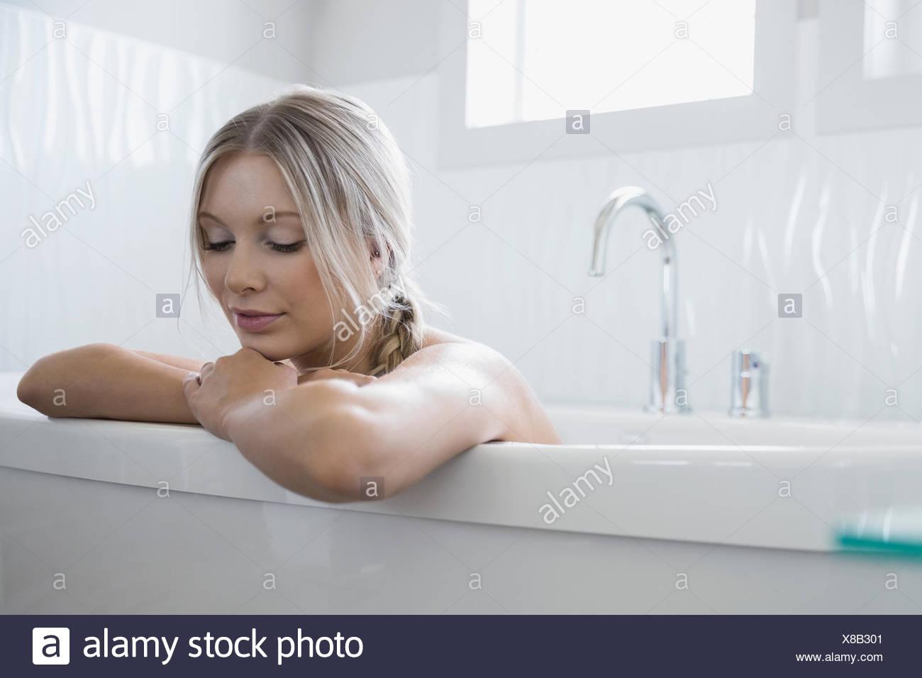 Ruhige Frau in der Badewanne entspannen Stockbild