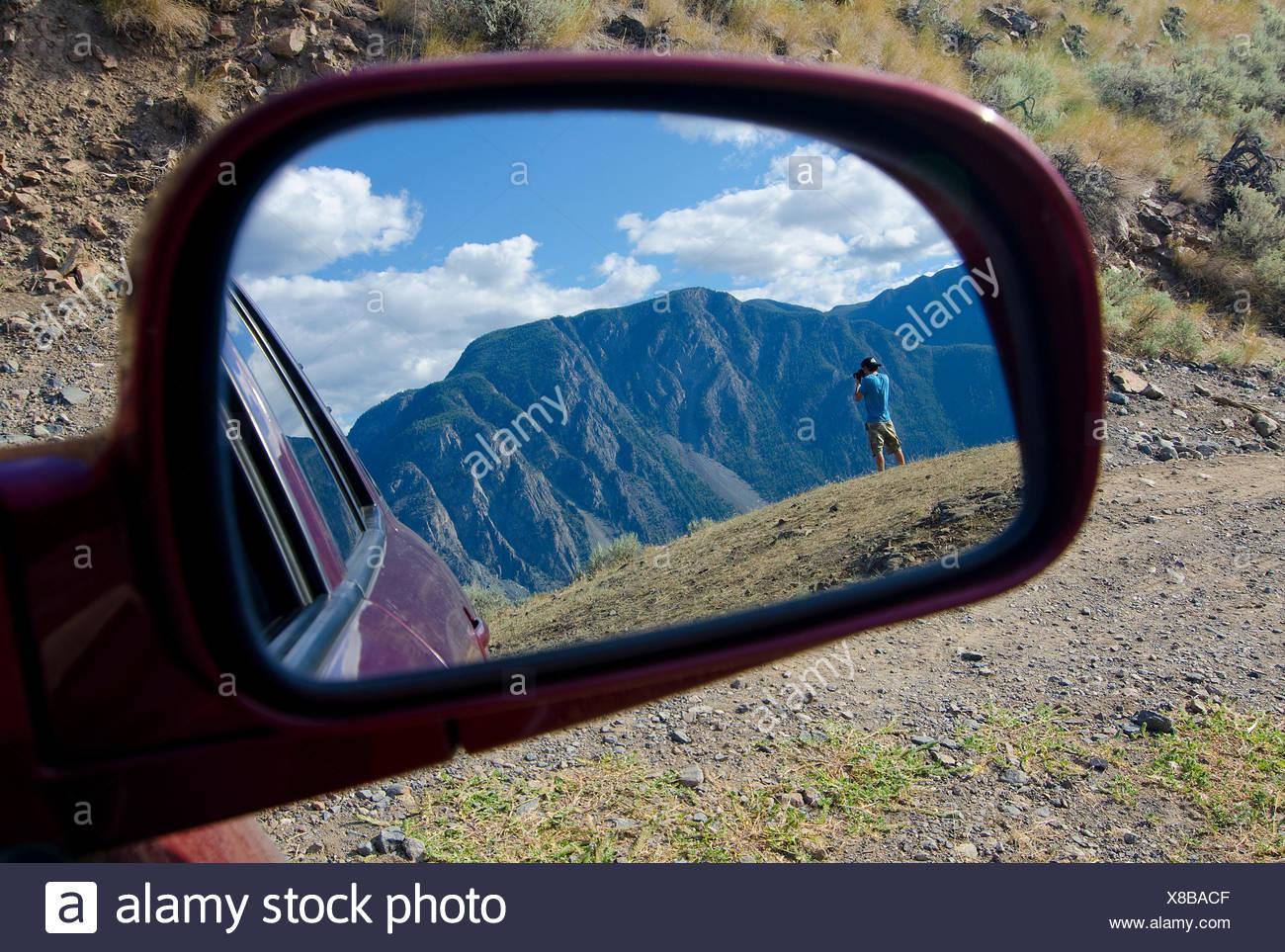 Ansicht Sommer Wanderer durch Sideview Spiegel während nimmt Fotos vom Nadelkissen Berg mit Blick auf Keremeos im Similkameen Stockbild
