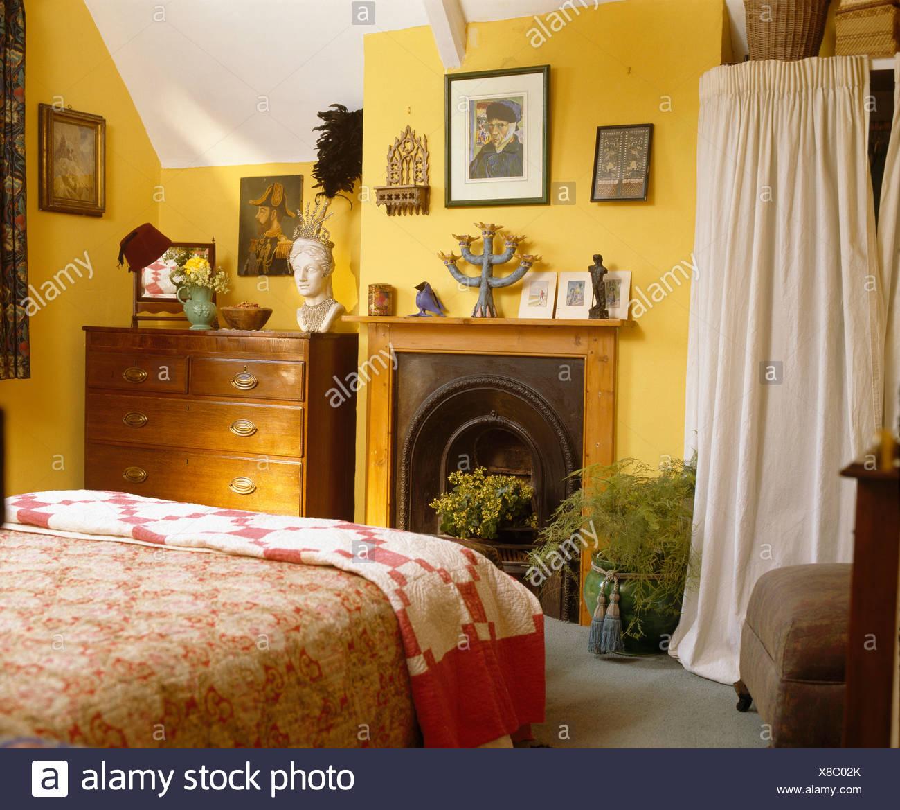 wei en vorhang auf alkoven lagerung neben kiefer kamin im gelben haus schlafzimmer mit antik. Black Bedroom Furniture Sets. Home Design Ideas