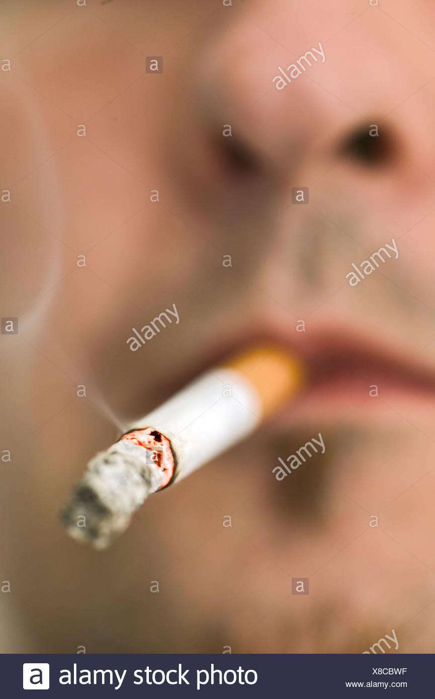 Nahaufnahme der Mann Rauchen Zigarette Stockbild