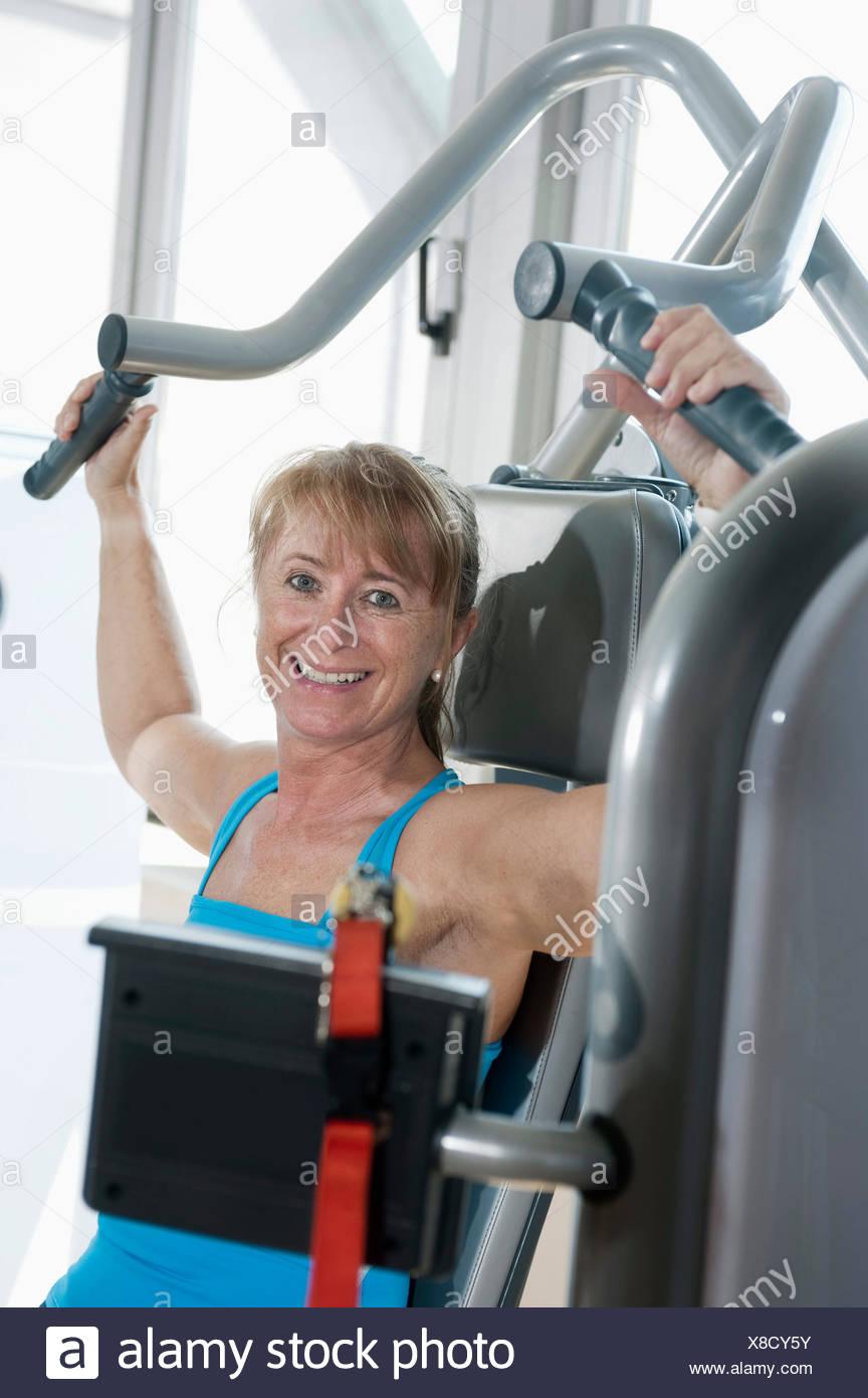 Porträt-Reife Frau-Fitness-Studio glücklich lächelnd Stockbild